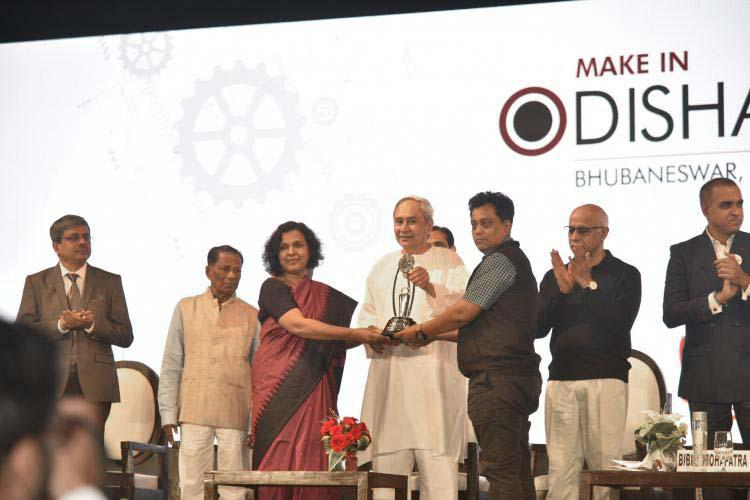 Giving Prize at Make In Odisha Conclave 2018 by Sri Nabeen Patnayak.